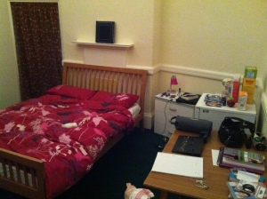 Mein Zimmer... sogar mit Kuehlschrank :P